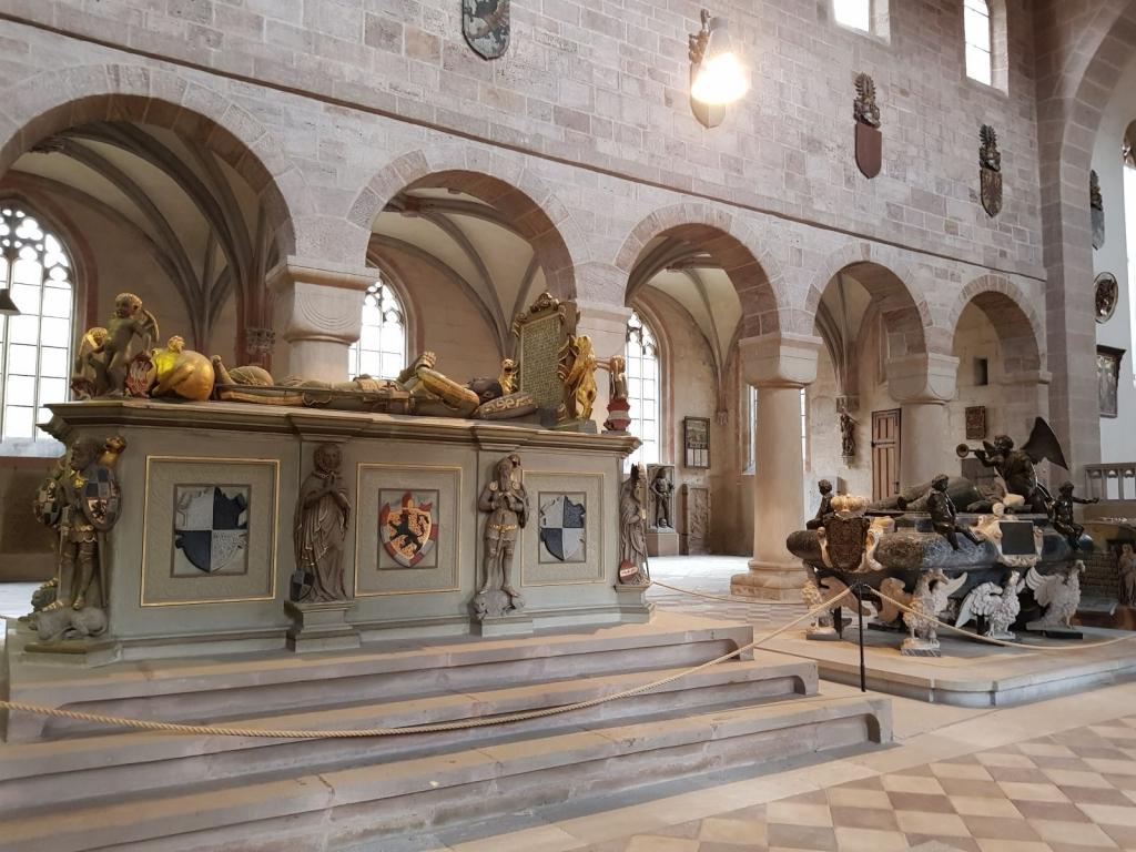 Hochgräber der Markgrafen Georg Friedrich (links) und Joachim Ernst (rechts)