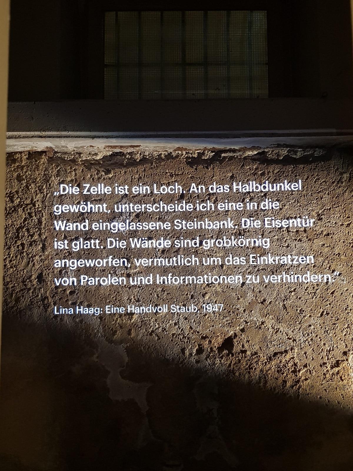 Zeitfenster zur alten Kellerwand mit Lina Haags Beschreibung