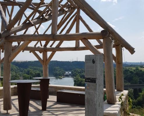 Aussichtsplattform mit Stele des Wein-Lese-Wegs