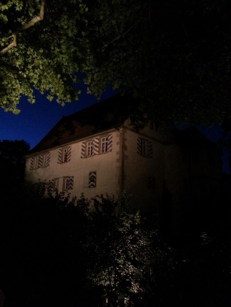 Burg Schaubeck bei Nacht, Sitz des Weinguts Graf Adelmann, dessen Wein Thaddäus Troll gerne trank.