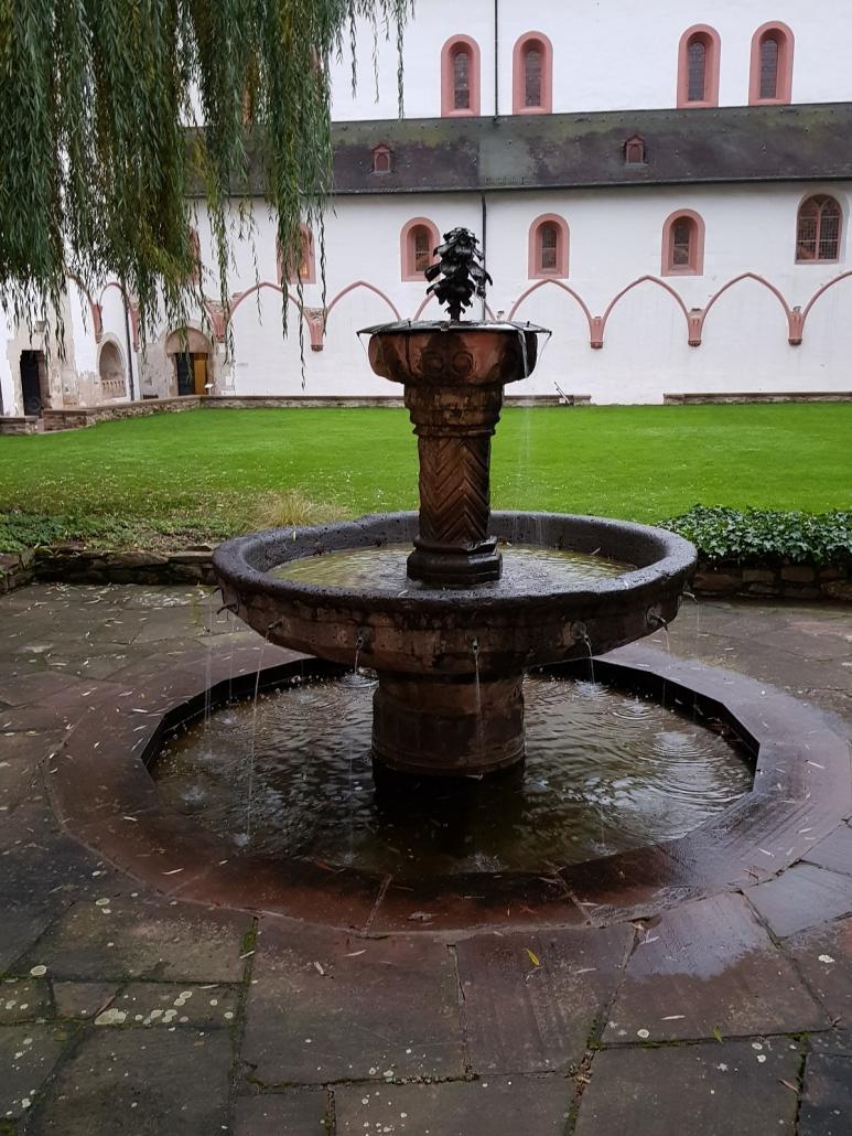 Im Kreuzgarten von Kloster Eberbach